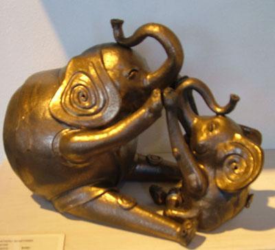 Wataru Sugiyama, Mother and Child Elephants, ceramic sculpture